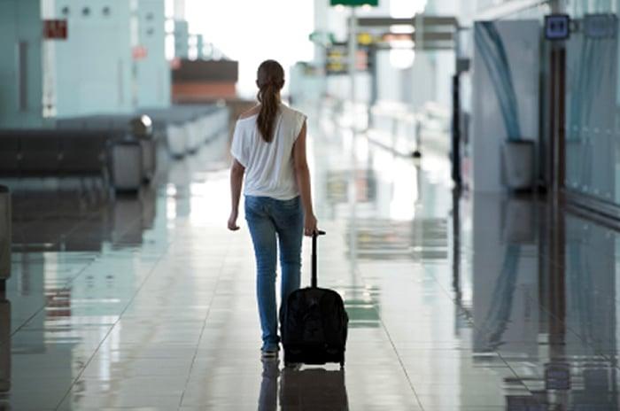mujer por el checkin de un aeroppuersto