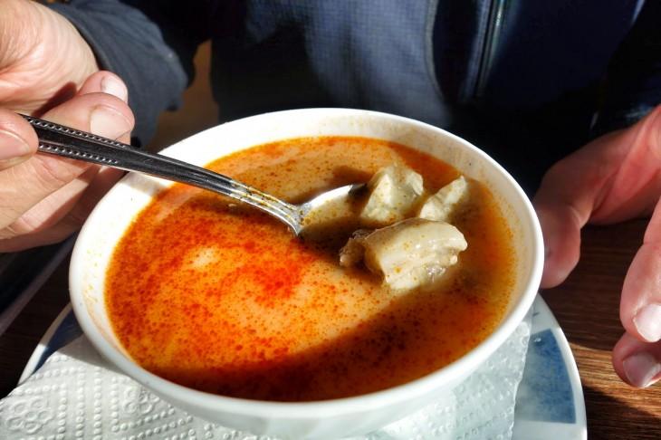 caldo de tripas en jugo de tomate rojo