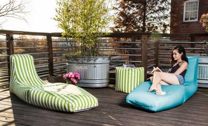 sillones para leer en un patio trasero