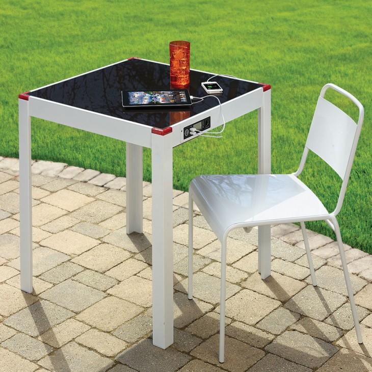 mesa con cargador solar para los dispositivos móviles