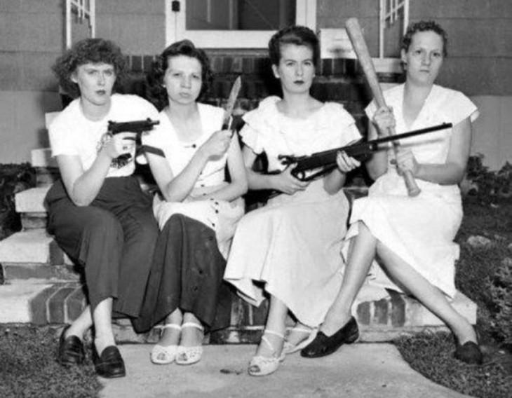 familia de hermanas con armas