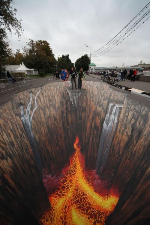 un gran cráter en la calle