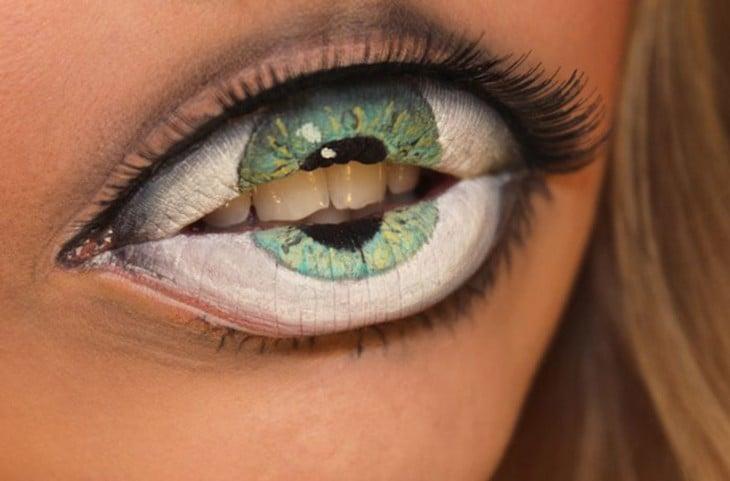 Persona con los labios en forma de ojo