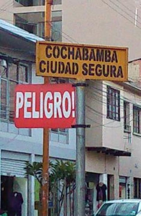 dos letreros que se contradicen en decir que una ciudad es peligrosa y muy segura