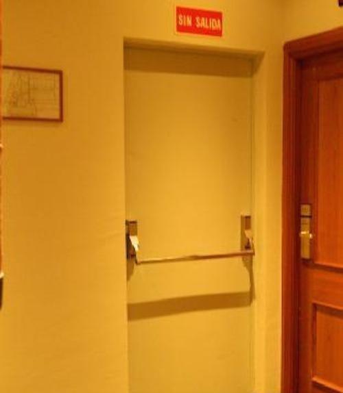 """puerta con un letrero que dice """"Sin Salida"""""""