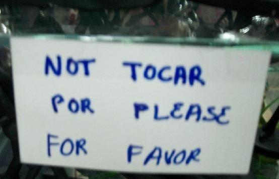 letrero que tiene palabras en inglés y en español