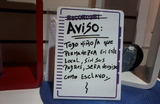 aviso de una tienda donde a los niños que estén sin padres los venden