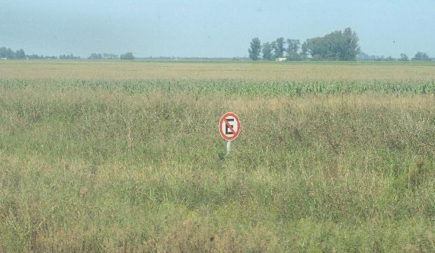 pradera con un letrero de prohibido estacionarse