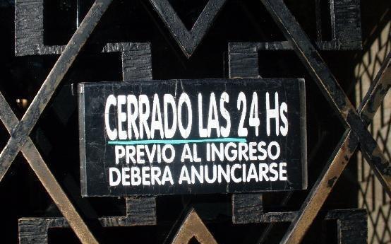 letrero en una puerta donde dice que esta cerrado las 24 horas