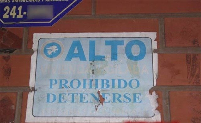letrero que dice ALTO, prohibido detenerse