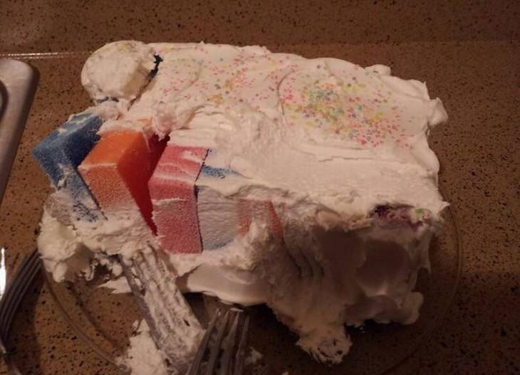 pastel hecho con esponjas y cubierto de merengue blanco