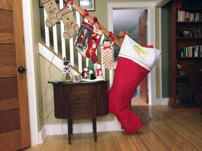botas de navidad sobre la escalera donde una está llena de cosas