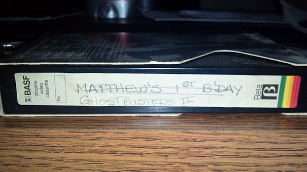 fotografía de un videocassete sobre una mesa