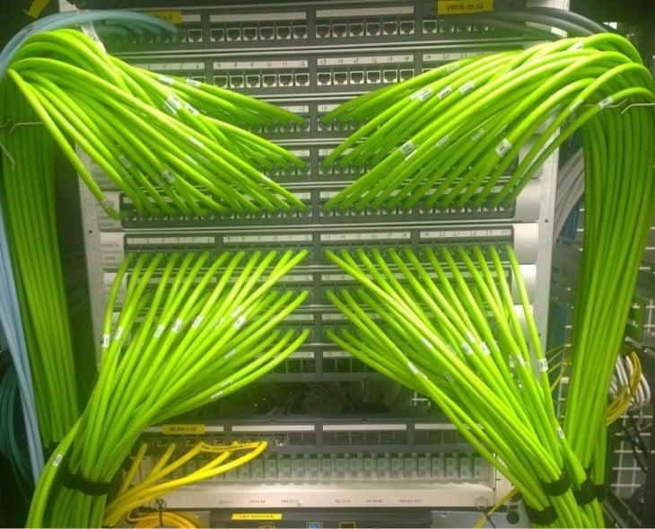 cables flourecentes verdes de lineas telefonicas
