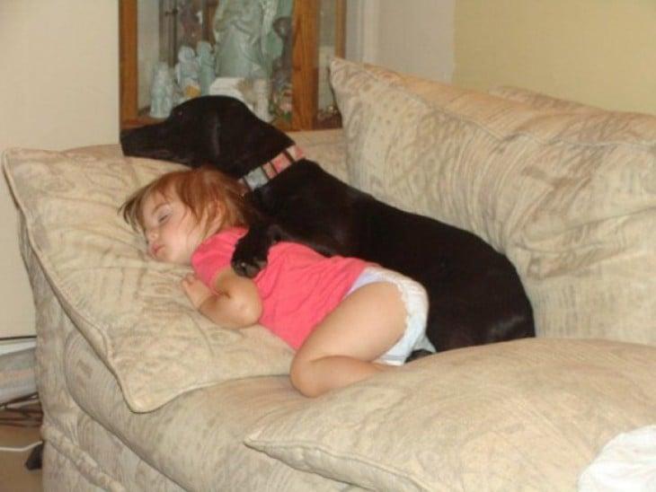 perrito dormido con su dueña bebé