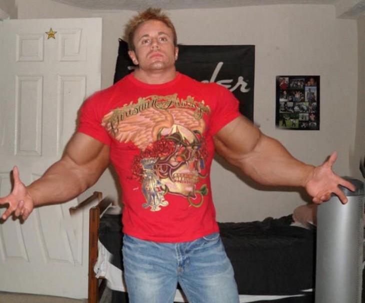 hombre con los músculos super desarrollados por el photoshop