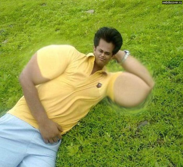 hombre de amarillo con unos músculos muy exagerados