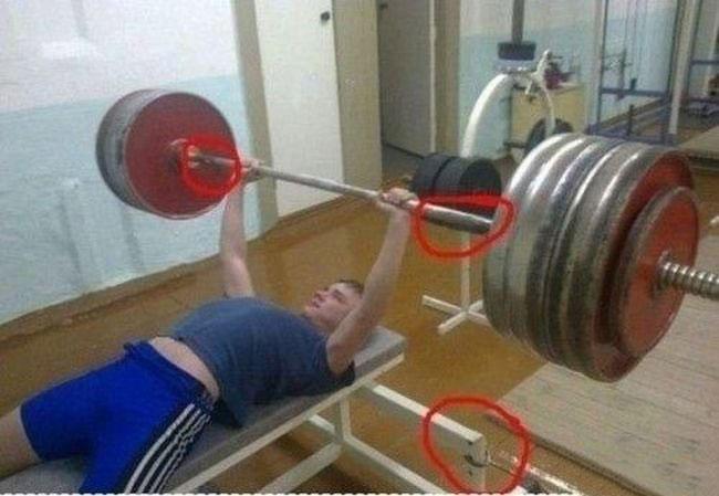 hombre que finge utilizar pesas más grandes