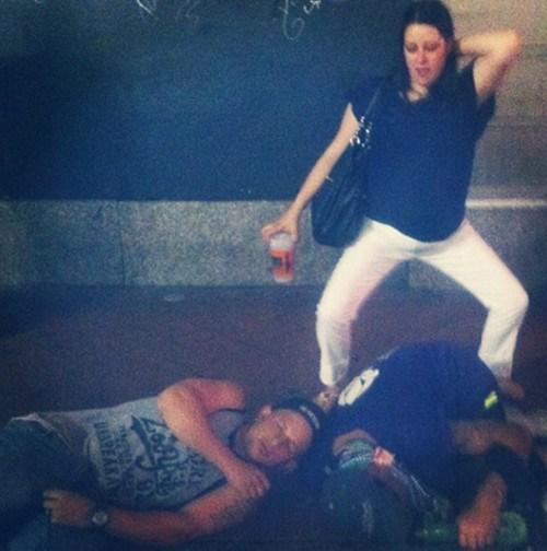 mujer bailando borracha frente a los amigos borrachos