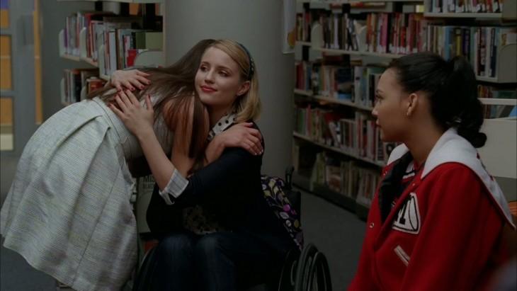 mujeres dándose un abrazo forzado