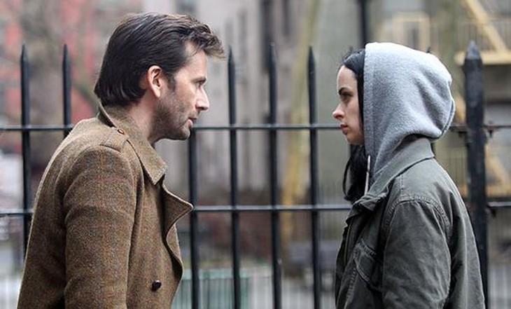 pareja discutiendo la mujer no lo escucha