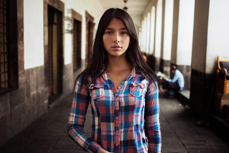una mujer colombiana de visita por ecuador
