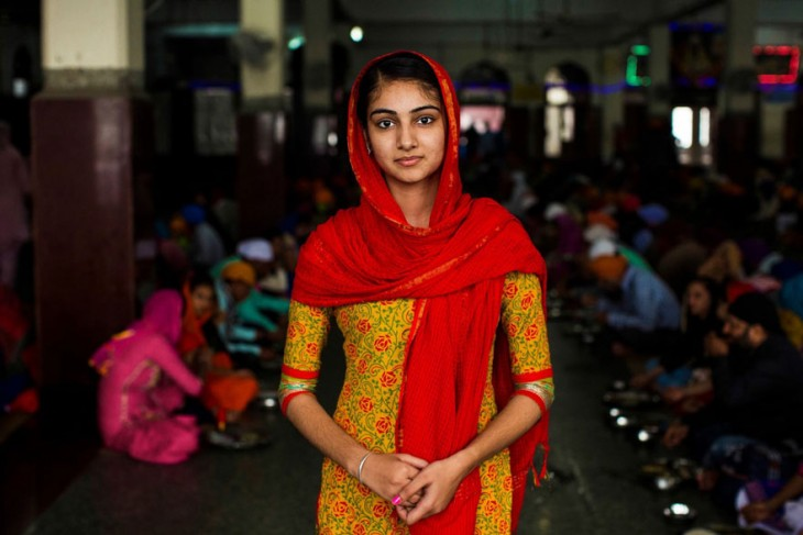 mujer hindú con vesetido color mostaza