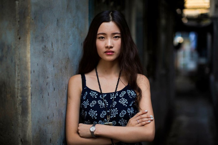 mujer china con blusa de tirantes negros y sus flores