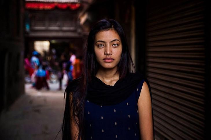 mujer nepalí de bellos ojos verdes