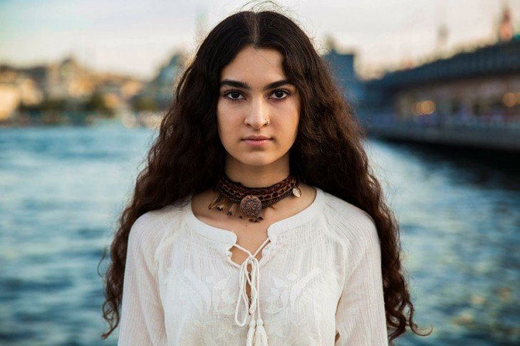 mujer kurda en algun lugar del mundo