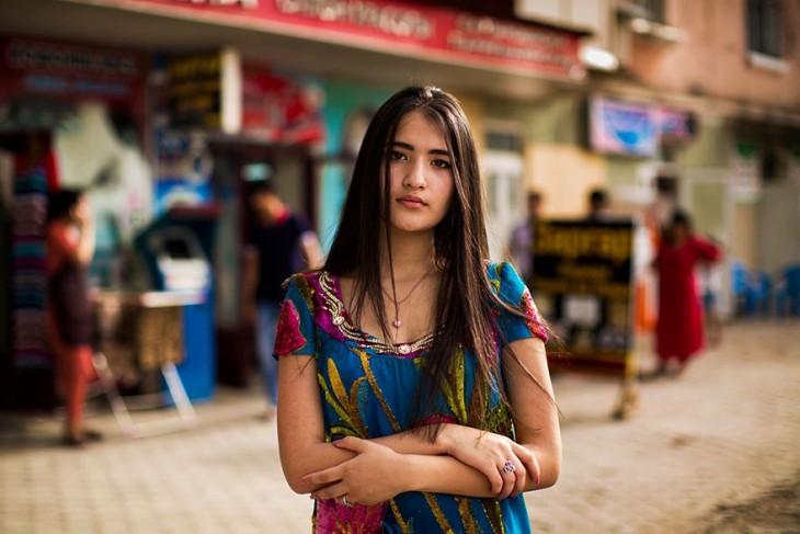 mujer de medio oriente con el cabello lacio largo y bello