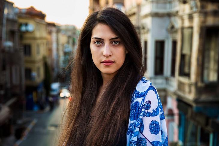 mujer turca con una blusa de tela ligera blanco con azul