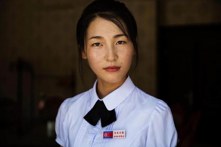 mujer coreana que trabaja para alguna aerolinea