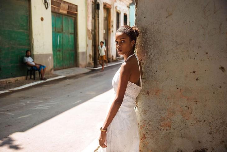 mujer cubana con un vestido blanco y una mirada triste