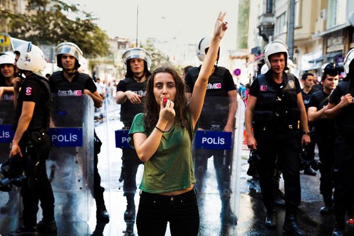 mujer turca en una manifestación