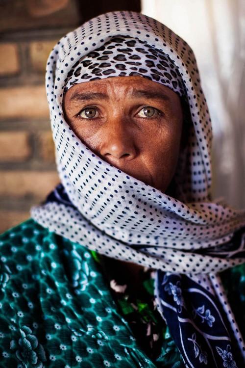 mujer del medio oriente con burja de leopardo