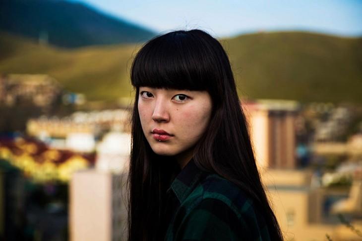 mujer mongola con copete