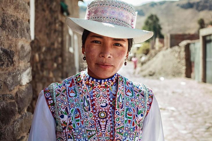 mujer peruana con el traje tipico de valle