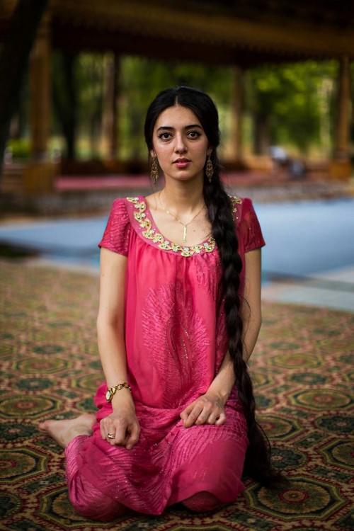 mujer del medio oriente de cabello muy largo y vestido rosa