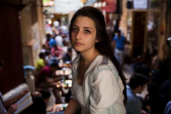mujer radicada en estambul, joven menor de 30 años