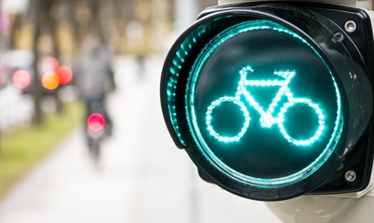 semáforo con el dibujo de una bicicleta en color verde