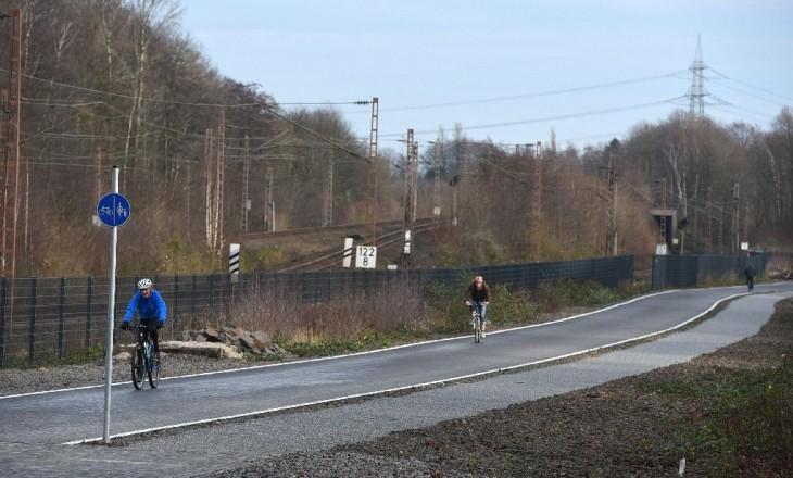 Personas transitando en bicicleta la nueva autopista para ciclistas en Alemania