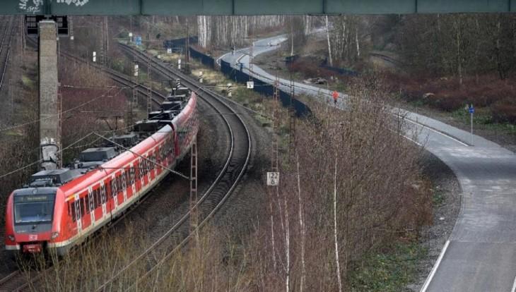 tren sobre las vías del ferrocarril en Alemania