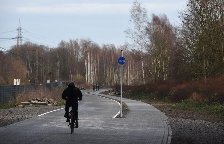 hombre en bicicleta transitando sobre la carretera para bicicletas en Alemania
