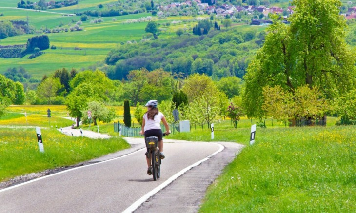 chica sobre una bicicleta en una carretera