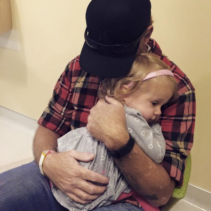 Scarlette acostada sobre el pecho de su padre
