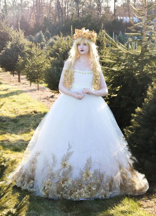 Angela Clayton disfrazada del ángel de la navidad