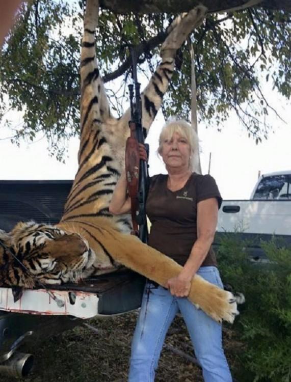 Anonymous avergonzó a mujer que publicó una fotografía junto a un tigre muerto