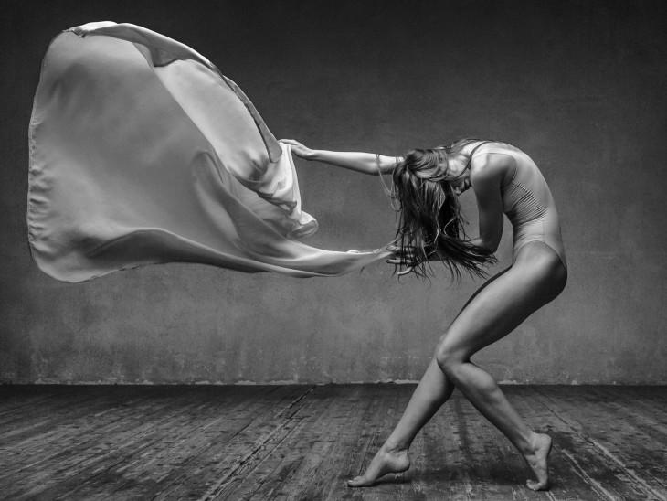 bailarina despidiendose con un lienzo