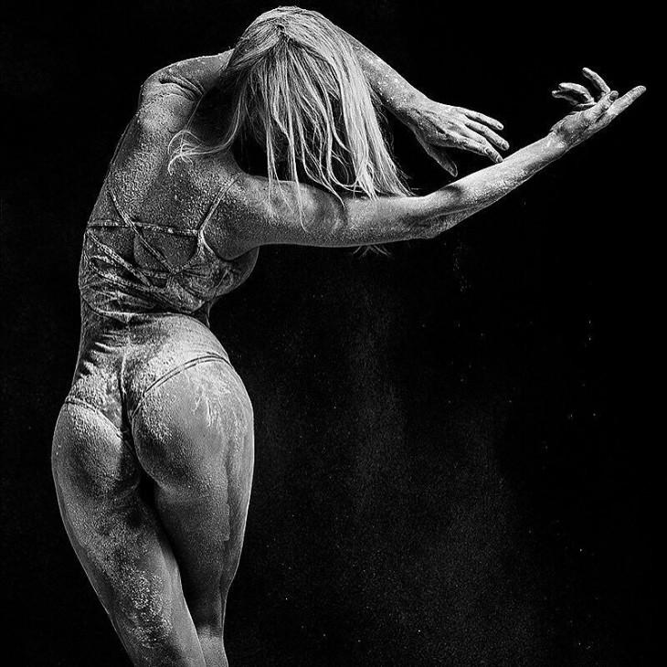 bailarina de la fotografía numero 20 mueve sus manos s utilmente